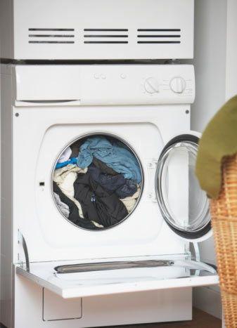 Çamaşır kurutma makinelerini kullanmayın!  Çamaşır kurutma makineleri tam anlamıyla çevre düşmanı cihazlar... Atmosfere yılda ortalama yarım tondan fazla karbondioksit yayan bu makineleri kullanmaktan vazgeçmek, küresel ısınmaya karşı alınacak başlı başına bir önlem olacaktır. Çamaşır makinelerini daha az çalıştırmak, çalıştırıldığı zaman da iki kg'dan fazla çamaşır yıkamak ortalama 45 kg. karbonmonoksitin yayılmasına engel oluyor. Tabii en iyi önlemi enerji tasarrufu sağlayan özel çamaşır makinelerini 30 derecede çalıştırarak almış olursunuz. Toplam tasarruf: Kişi başına yılda yaklaşık 260 kg. karbondioksit